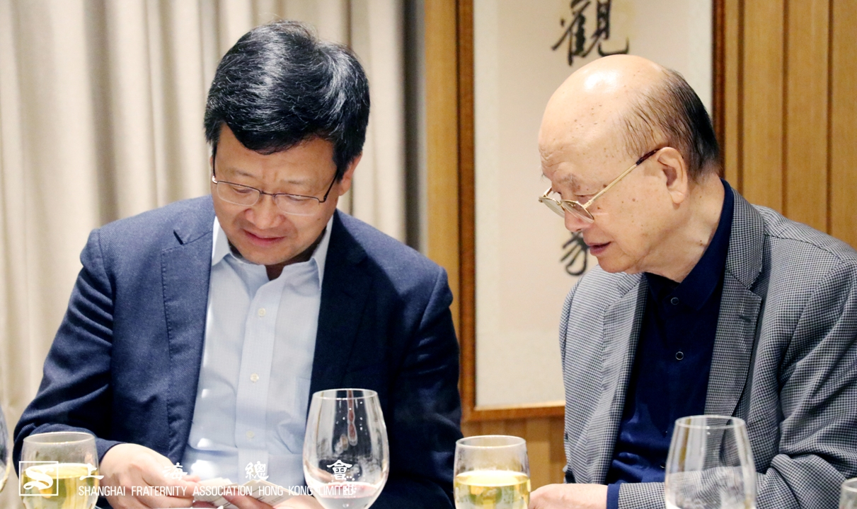 竺銀康副理事長(右)與周亞軍上海市港澳辦副主任(左)互相認識。
