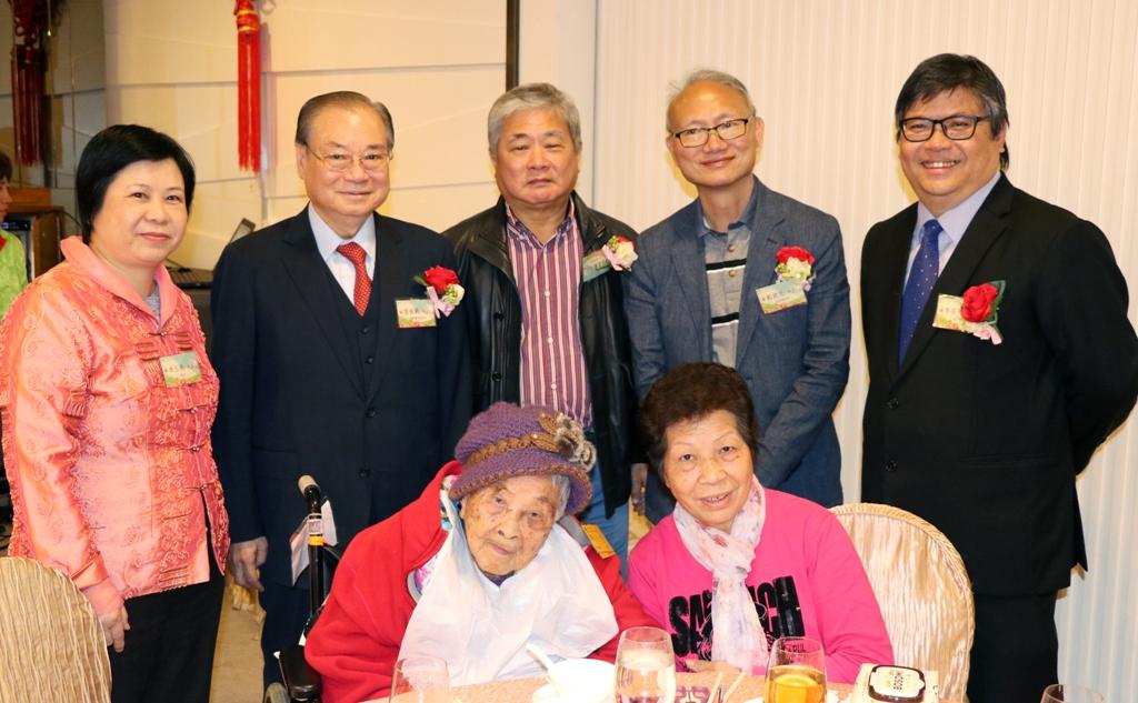 席間達百歲之齡的健康人瑞,嘉賓同為恭賀