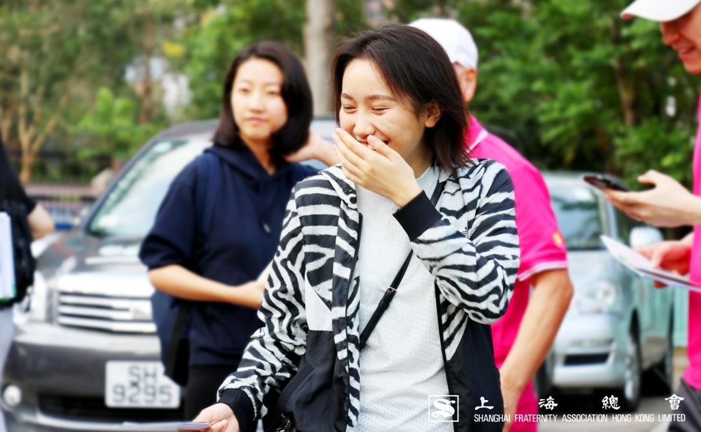 穿起上海總會活動制服的你將更漂亮,內地本科生同學便含羞微笑。
