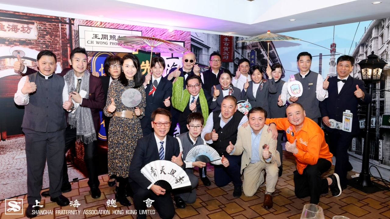 由顧東華副理事長(前左三)、車弘健常務理事(前左二)及雷秉堅常務理事(前左一)指導,一眾餐廳同事也投入地為你服務。