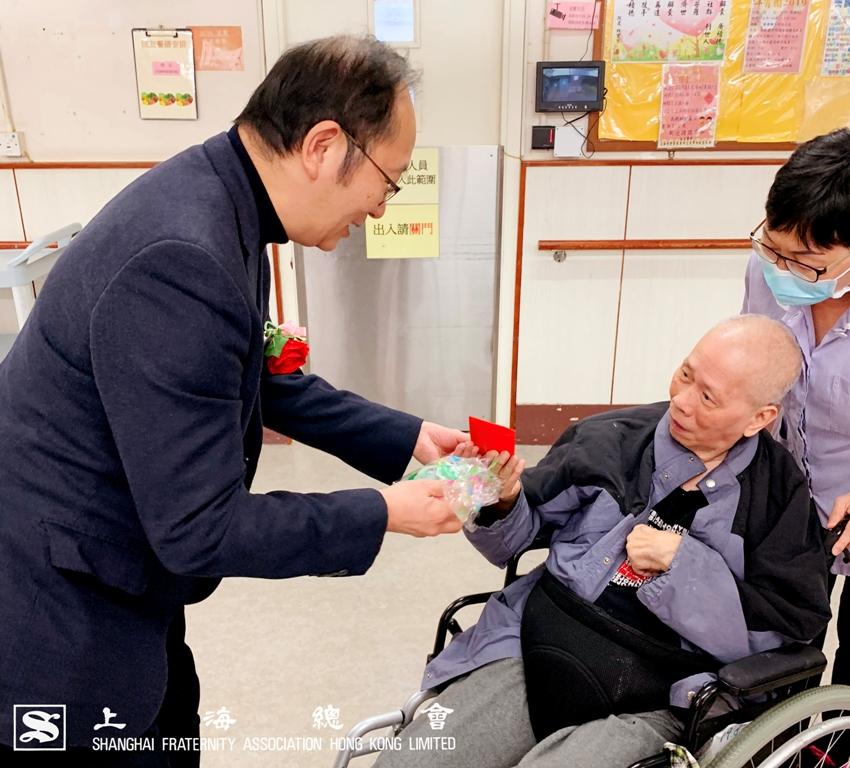 王監事長向院友講解利是及禮物包的內容,當中包括有營養糕點。