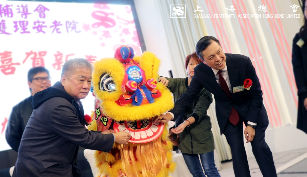 詹傑美副理事長及張宗琪副理事長於醒獅前合照。