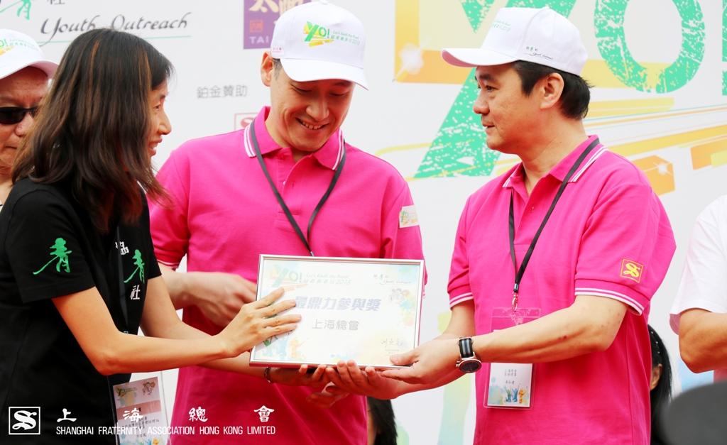 此外,車弘健常務理事及李惟宏常務理事亦上台接收感謝狀。