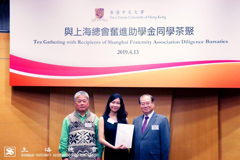 由詹傑美副理事長及雷振範副理事長代表接受同學的答謝信。