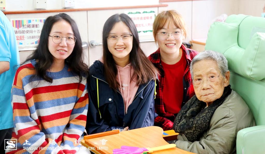 學生與老友記合照,大家也笑逐顏開、如沐春風。