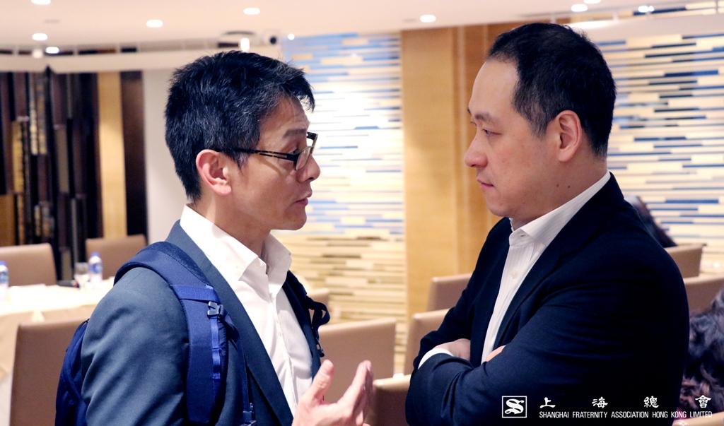 鄭肇銘常務理事與李惟宏常務理事討論事項。