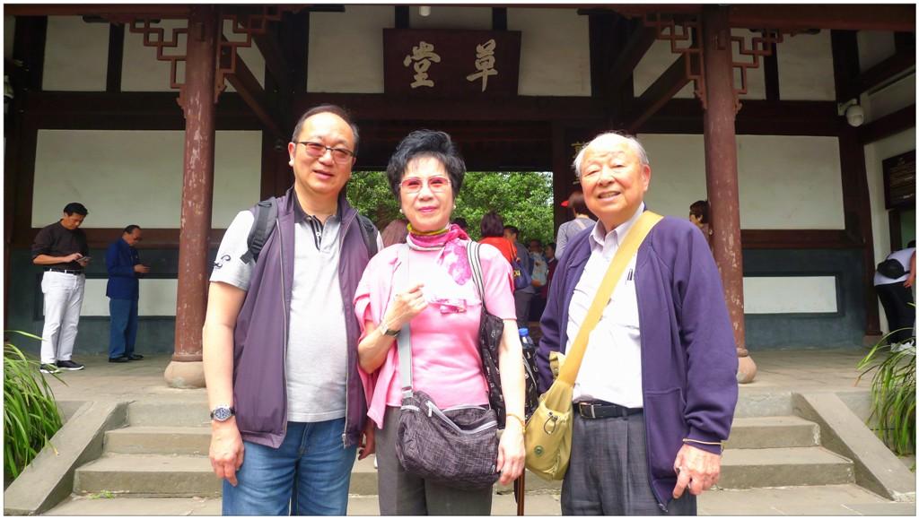 左一:團長王緒亮監事長及團友吳生吳太拍照留念