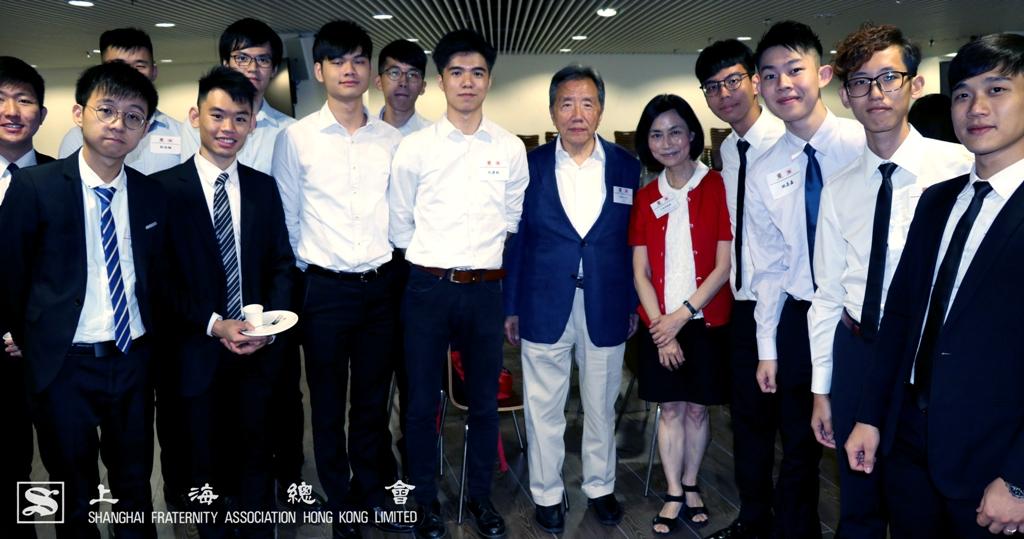 范思浩副理事長及王淑英教授與學生合照。