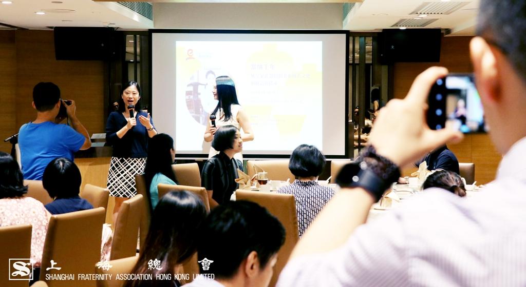 上海總會陳喆燁理事(左)致開幕辭情況。