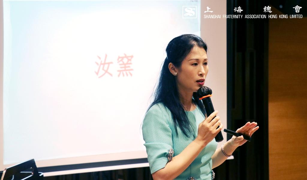 馮瑋瑜小姐介紹中國瓷器的發展歷史情況。