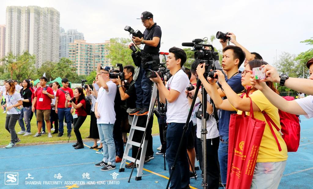 鏡頭,相機也為了捕捉更佳的角度。