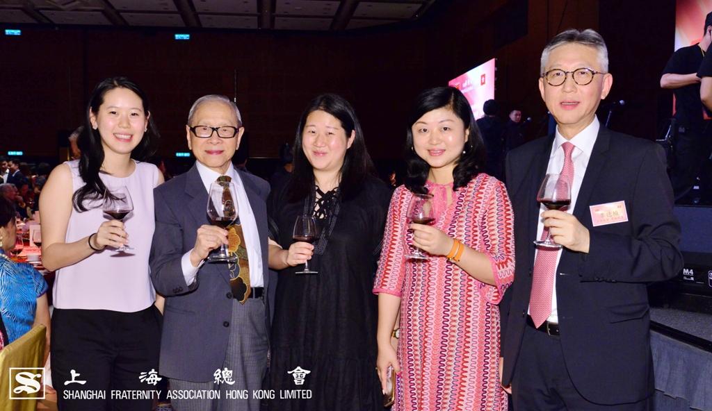 鄭仲河副理事長(左二)及李德楨常務理事(右一)與來賓一同合照,氣氛熱鬧。