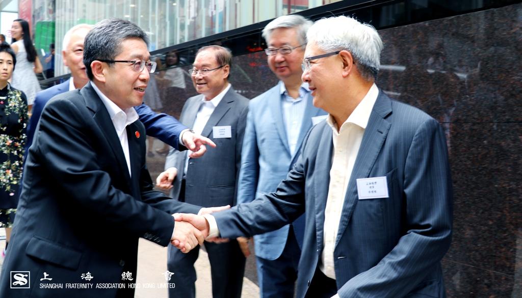 榮智權理事與鄭鋼淼部長握手