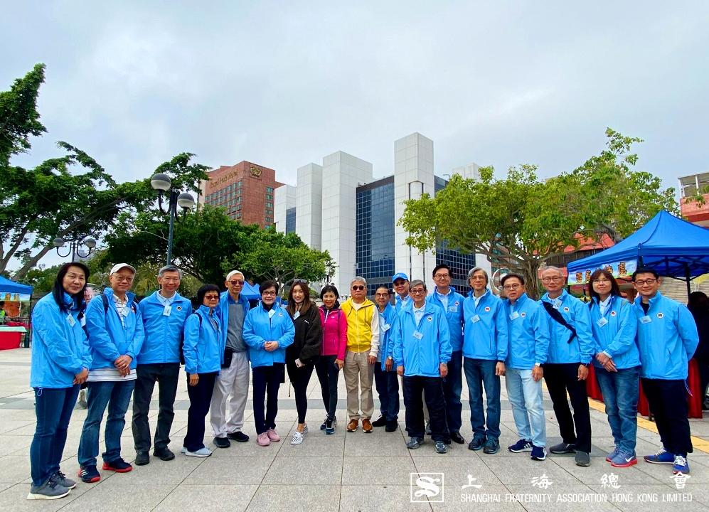 詹傑美副理事長(黃色上衣)及夫人代表上海總會出席「助鄰扶老步行顯愛心2019」時全體嘉賓合照。