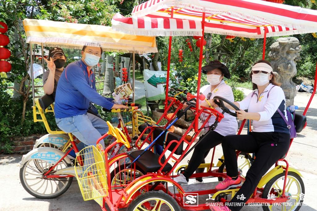 龔蕾理事一家駕駛家庭單車。