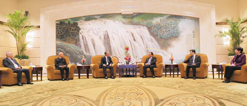 李強(右三)會見唐英年(左三)、詹耀良(左二)和李德麟(左一)帶領的蘇浙滬社團聯合訪問團