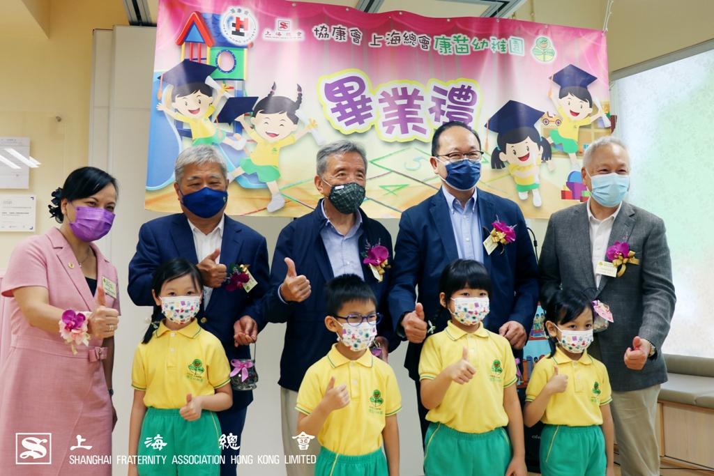 梁惠玲協康會行政總裁(左一)及小朋友向上海總會來賓致送手工紀念品。