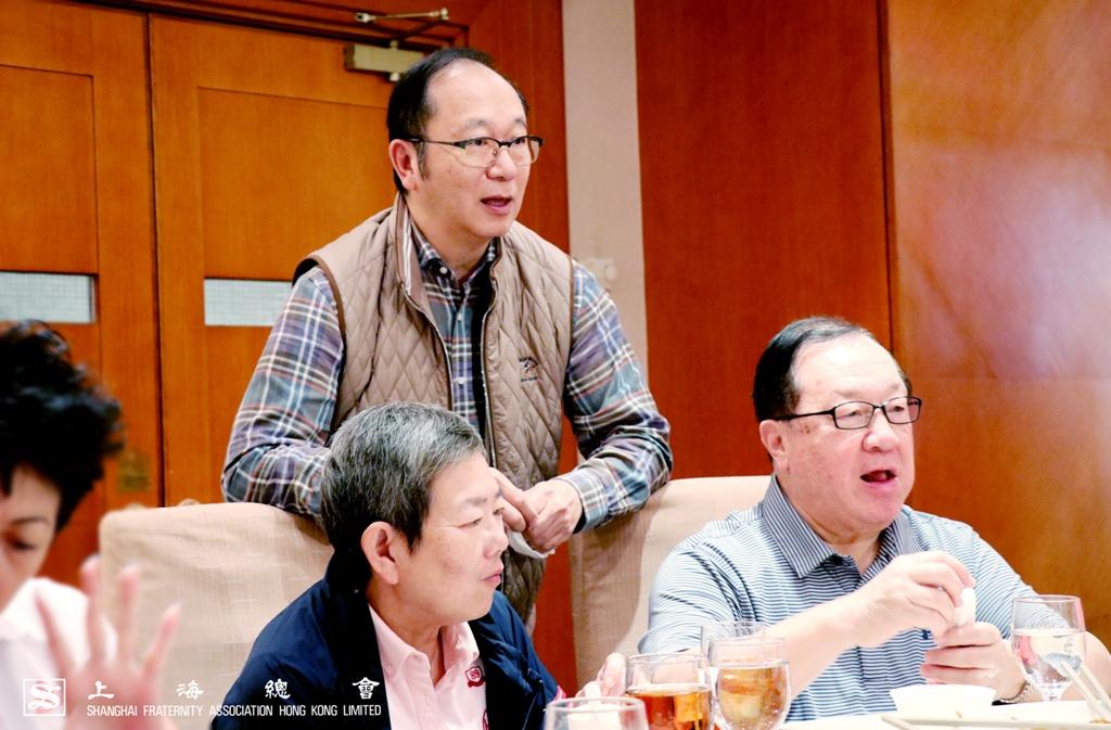 上海總會王緒亮監事長雖然沒有參賽,但仍有到場出席午宴與大家交流發球技術。