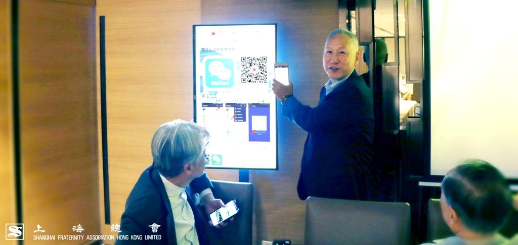 李德麟理事長於全新設置的電子顯示屏上掃瞄「關注二維碼」。