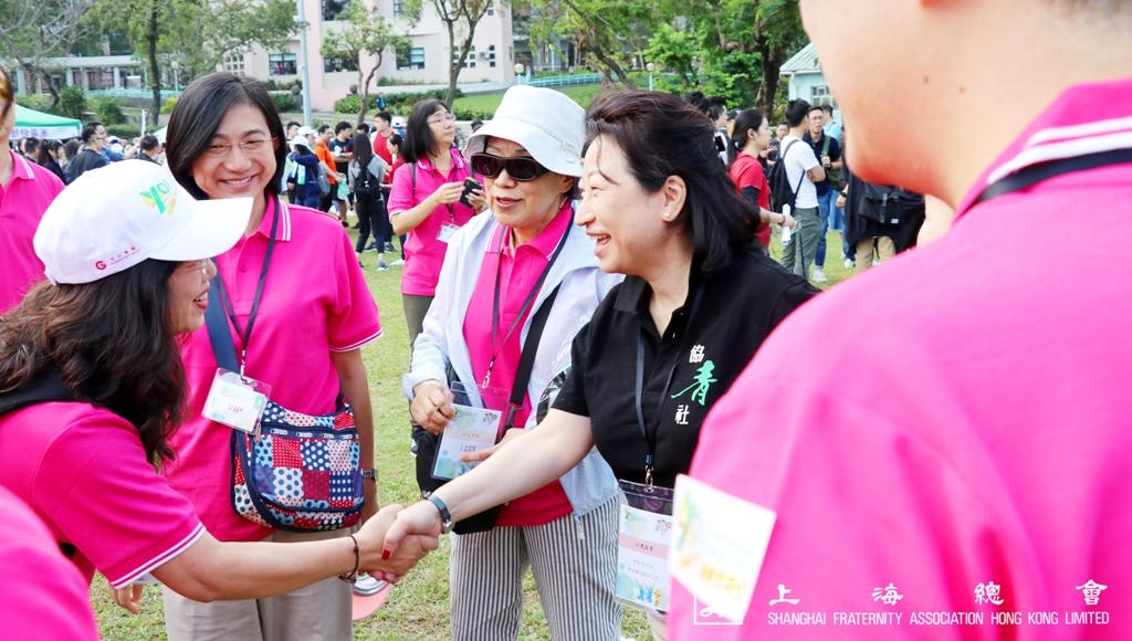 吳寧常務理事在熱鬧的氣氛之下,向鄭女士介紹中文大學的教職員。