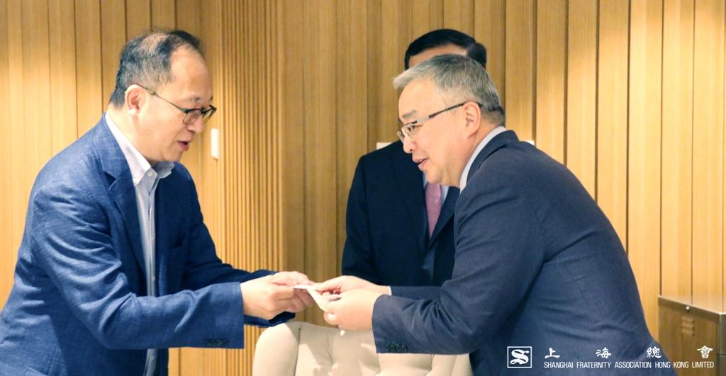 王緒亮監事長亦與徐波先生交互近況。