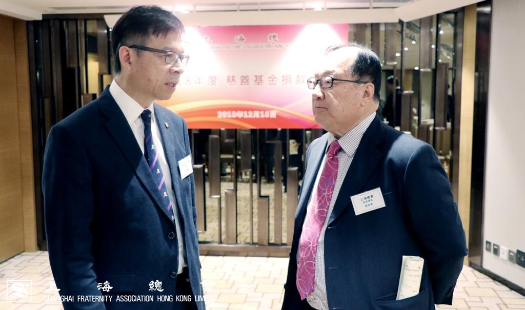 梁挺雄教授及張浩然副理事長交流中西醫結合醫務中心的情況。