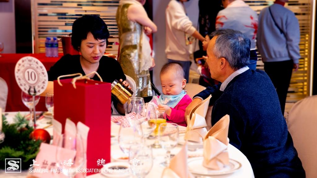 於上海總會的會所 1 樓宴會廳內,各位來賓扶老攜幼、三代同堂,溫情揚溢。