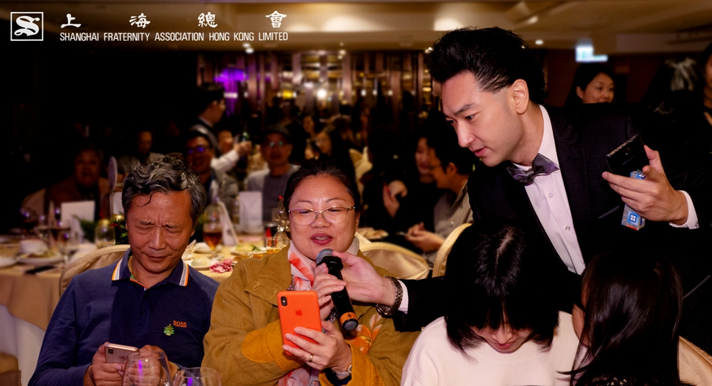 搶答的聲音此起彼落,節奏明快,上海總會的幹事們前後來往,務求為參加的會員送上得獎禮物。