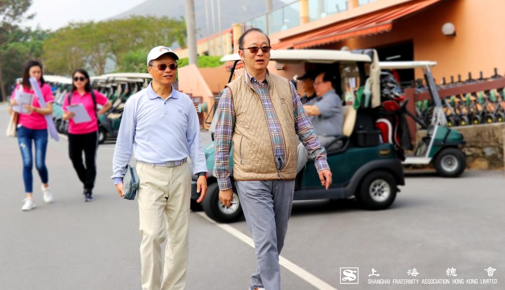 陶介德先生陪同上海總會王緒亮監事長到達果嶺作開球禮簡單儀式。
