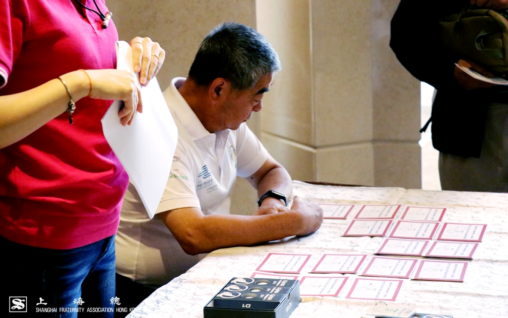 寧波會金維明先生細心覆核積分卡的排位。