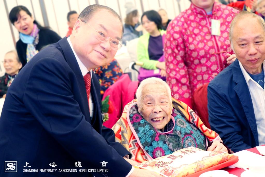 雷振範副理事長與 105 歲的院友慶祝生日。