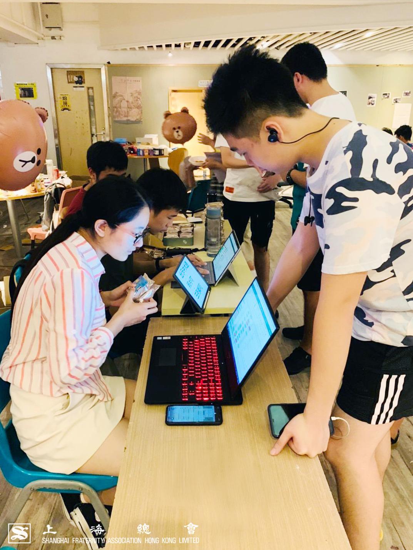同學當晚以 MUA 會員卡登記及領取由上海總會送出之月餅。