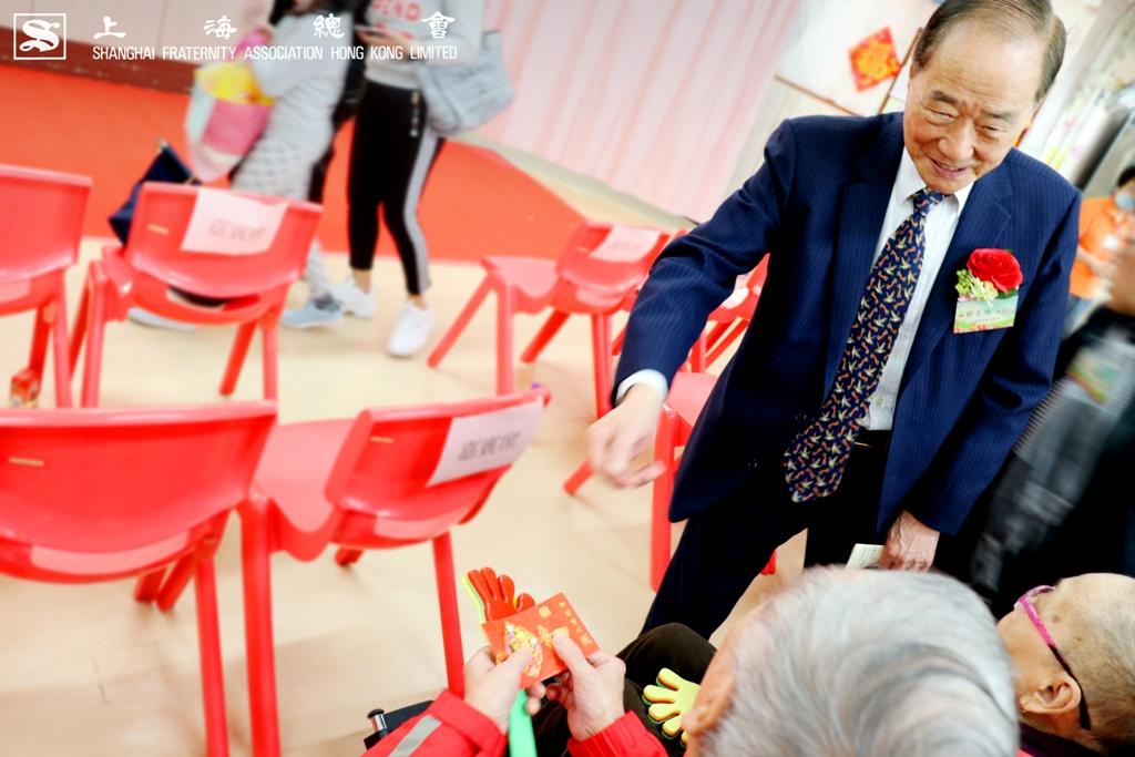 鄒星培副理事長向現場院友派發利是。
