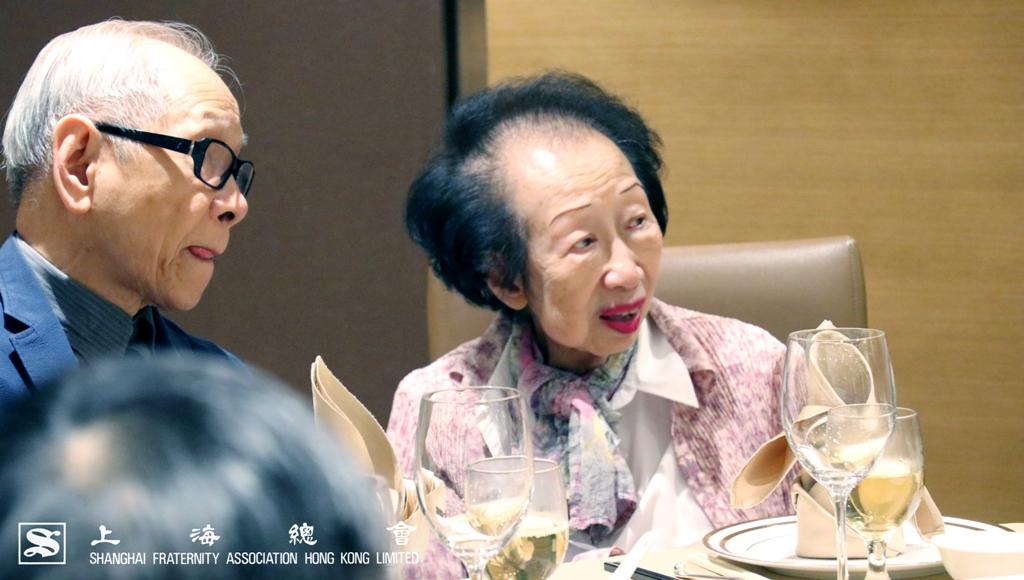鄭仲河副理事長及周佩芳常務理事為捐贈感到高興