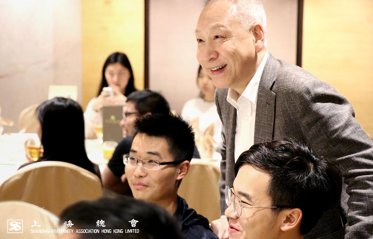 同學們話題活潑,李理事長樂意傾聽