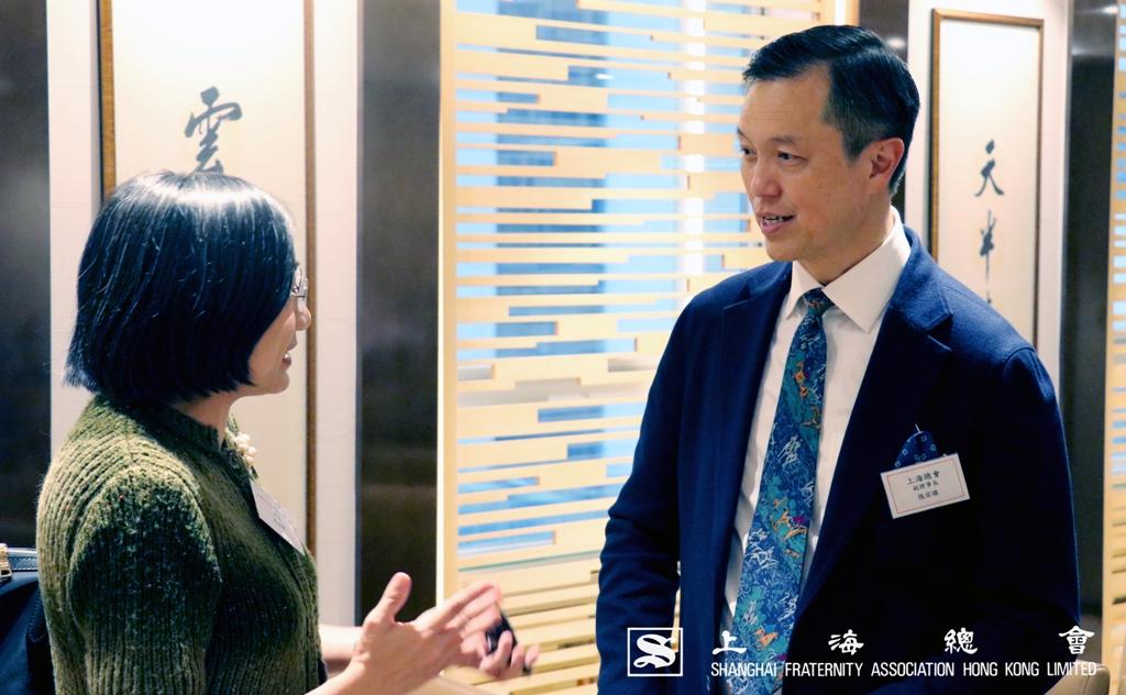 張宗琪副理事長向周瑤慧女士了解中文大學的計劃內容。