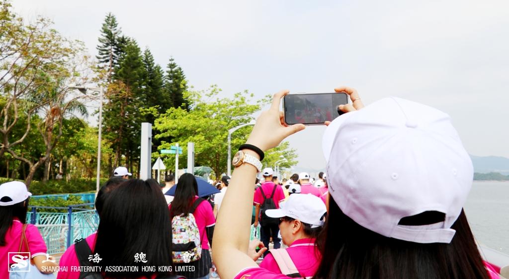 上海總會總幹事,拍照記錄。