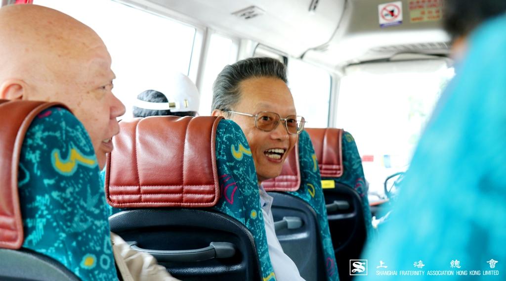 上海會陶介德先生於車上介紹球場情況。