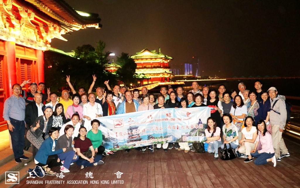 乘坐贛江觀光船後,一眾會員於滕王閣景區夜景中合影。