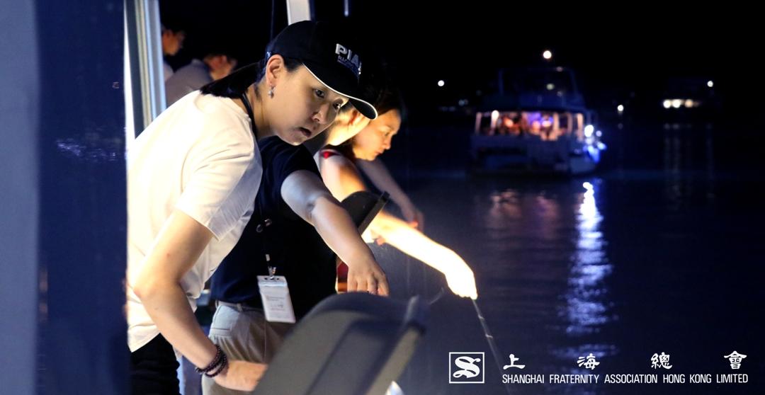 上海總會總幹事婁小姐靜心觀察水面情況