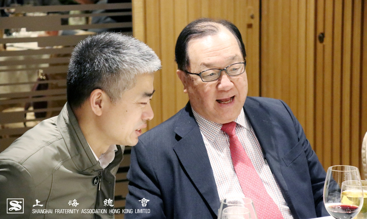 張浩然副理事長(右)及貢書祥上海市港澳辦港澳處主任科員(左)交談情況。