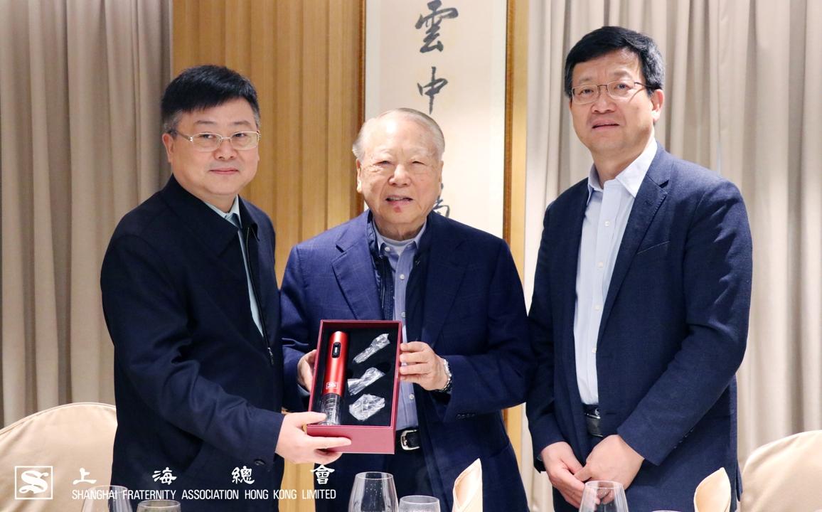 李和聲永遠名譽會長(中)致送紀念品,由張小松上海市港澳辦主任(左)及周亞軍副主任(右)代表接收。