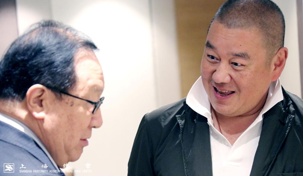 張浩然副理事長與顧東華常務理事交談寒暄。