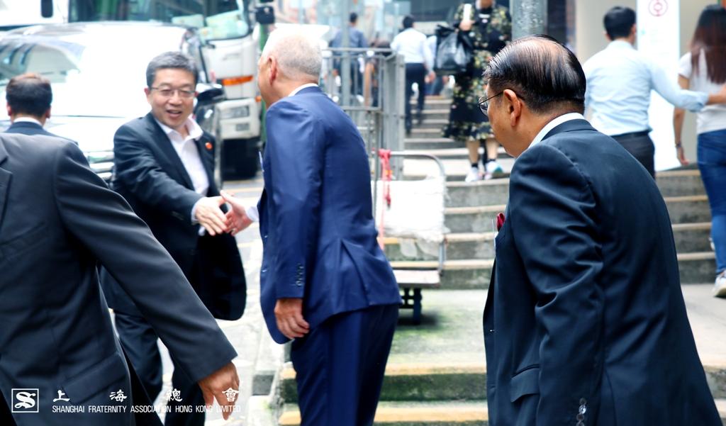 上海市委常委、統戰部部長鄭鋼淼先生到步接受李德麟理事長的問候