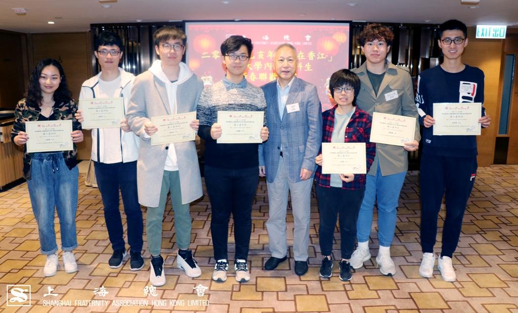 隨後,李理事長頒發義工嘉許狀予各位同學。