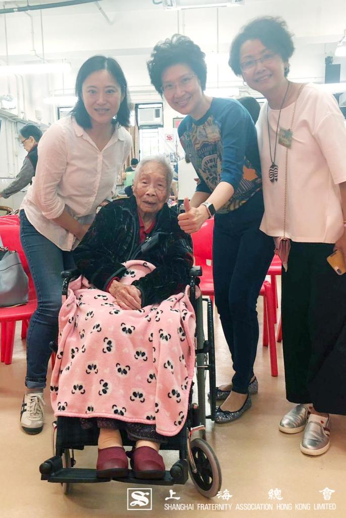 (左正)陳喆燁理事、阮婷婷理事及楊靜理事與長壽人瑞合照。