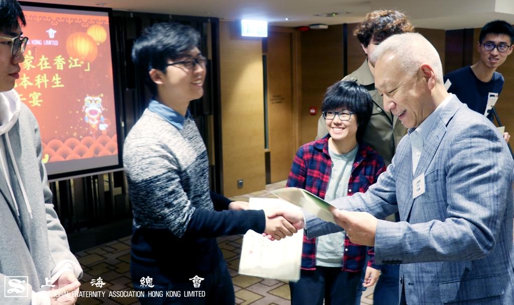 李德麟理事長逐一勉勵參加義工活動的同學。