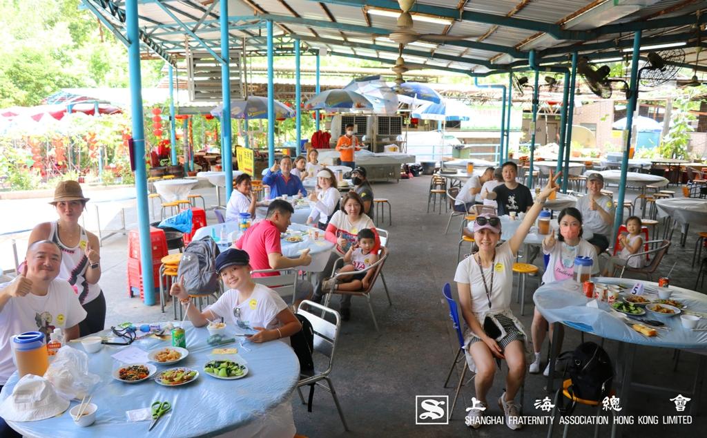 上海總會特選荔枝木炭烤雞套餐,各位於午餐前合照。