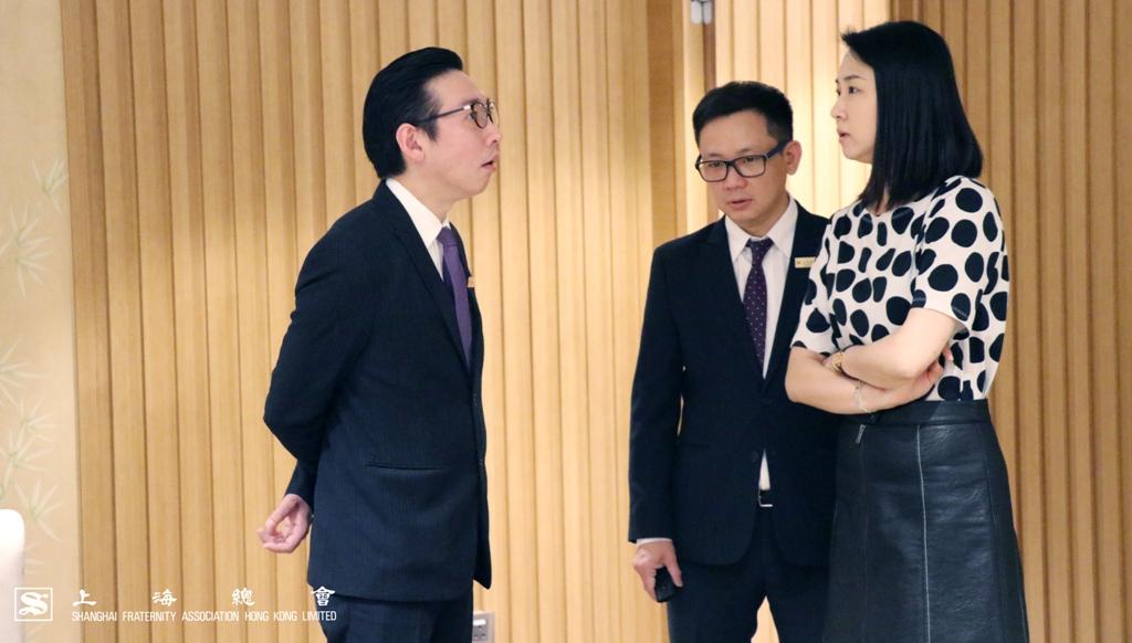 上海總會總幹事婁芝伊小姐與會所經理打點當日午宴安排。