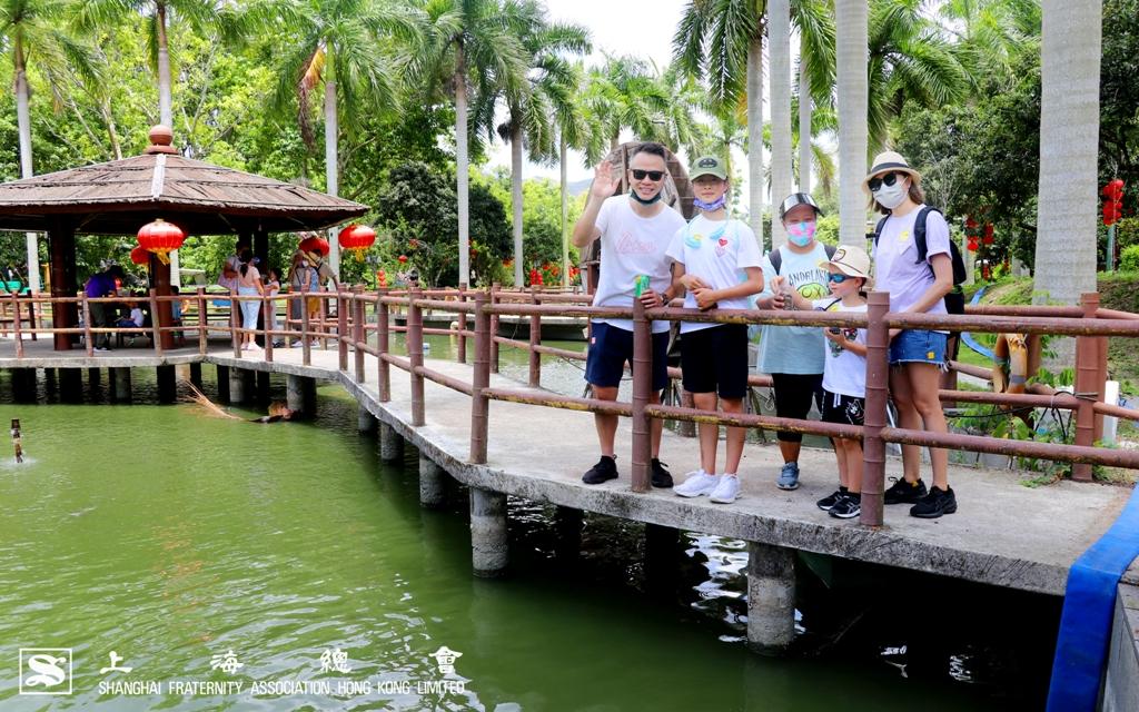 會員麥先生一家於湖心亭上合照。